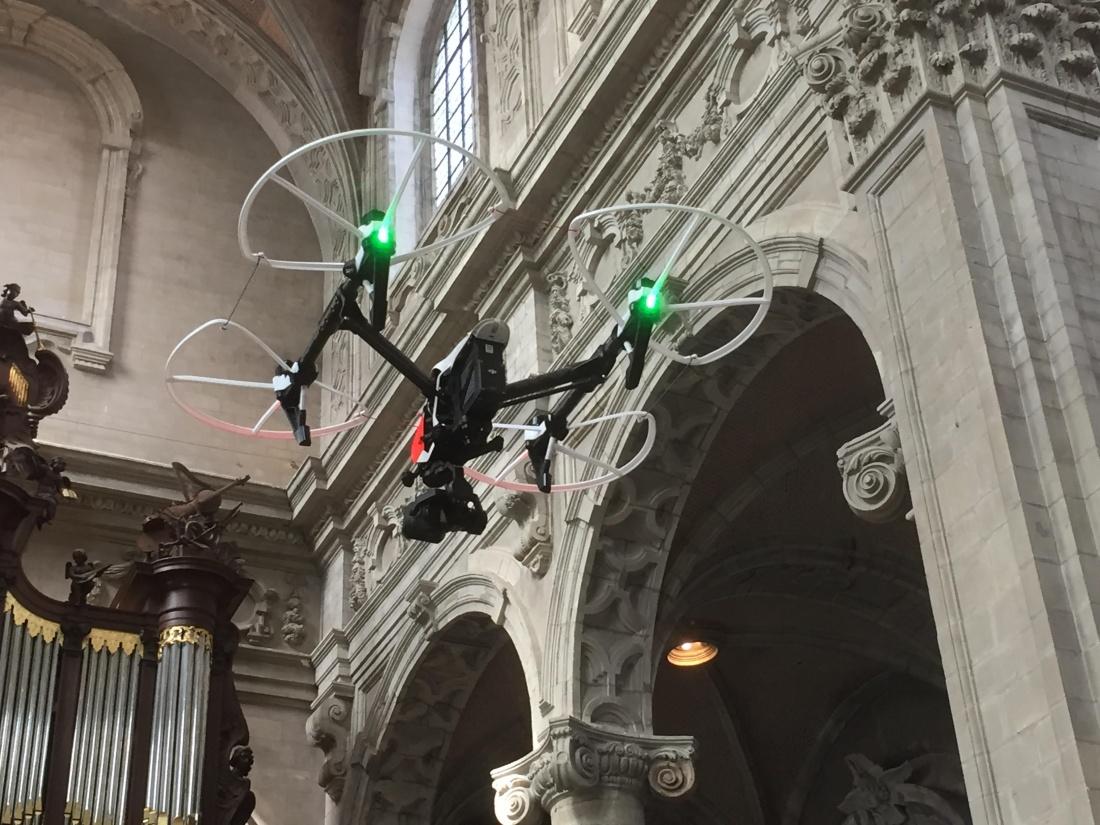Drone vliegt over Affligemse begraafplaatsen