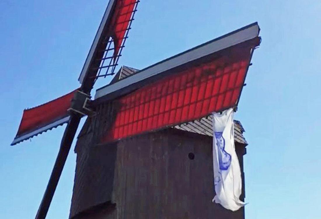 Witte vlag aan molens
