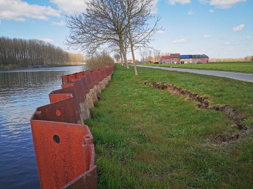 Grondverzakking langs kanaal in Humbeek