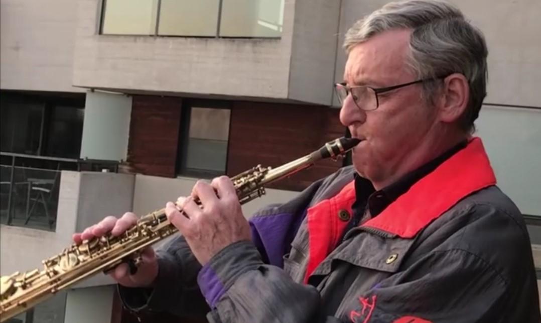 Elke avond saxofoonconcert langs kanaal in Vilvoorde als steun voor zorgverleners