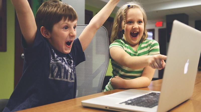 Bedrijven schenken stevig pakket informaticamateriaal aan Grimbergse basisscholen