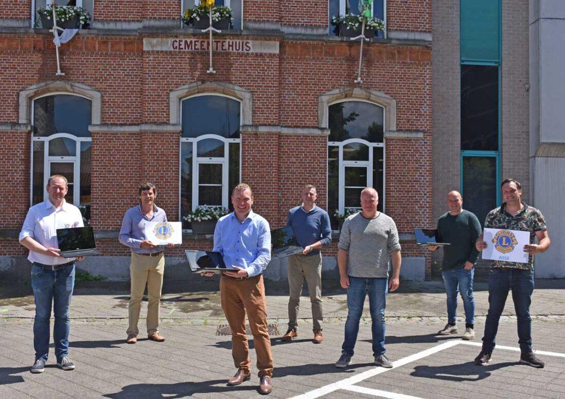 Lions Asse schenkt 10 laptops aan OCMW Buggenhout