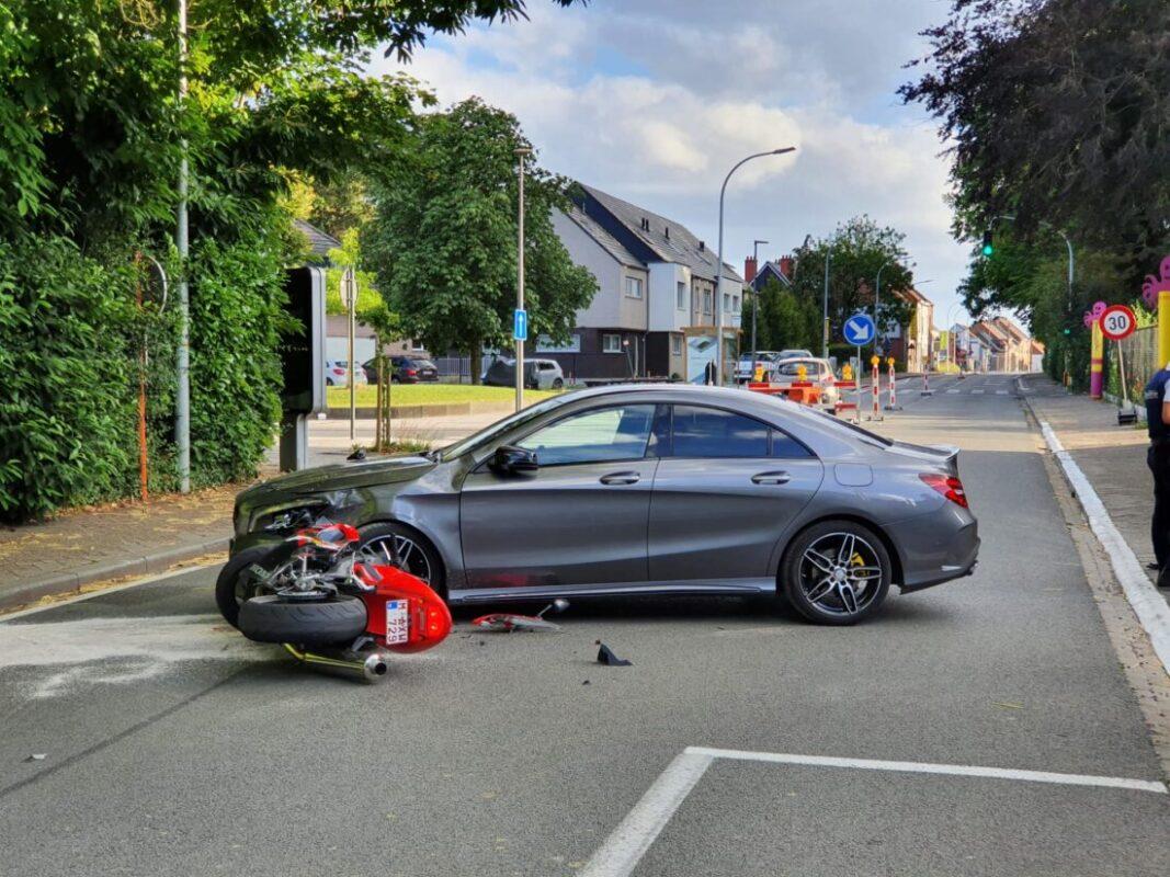 Motor botst tegen auto op Nieuwstraat