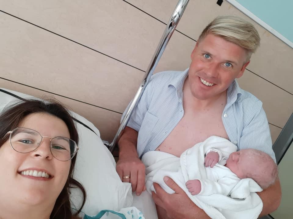 Zoontje voor Julie en Jimmy, kleinzoon voor Maggie De Block en Luc