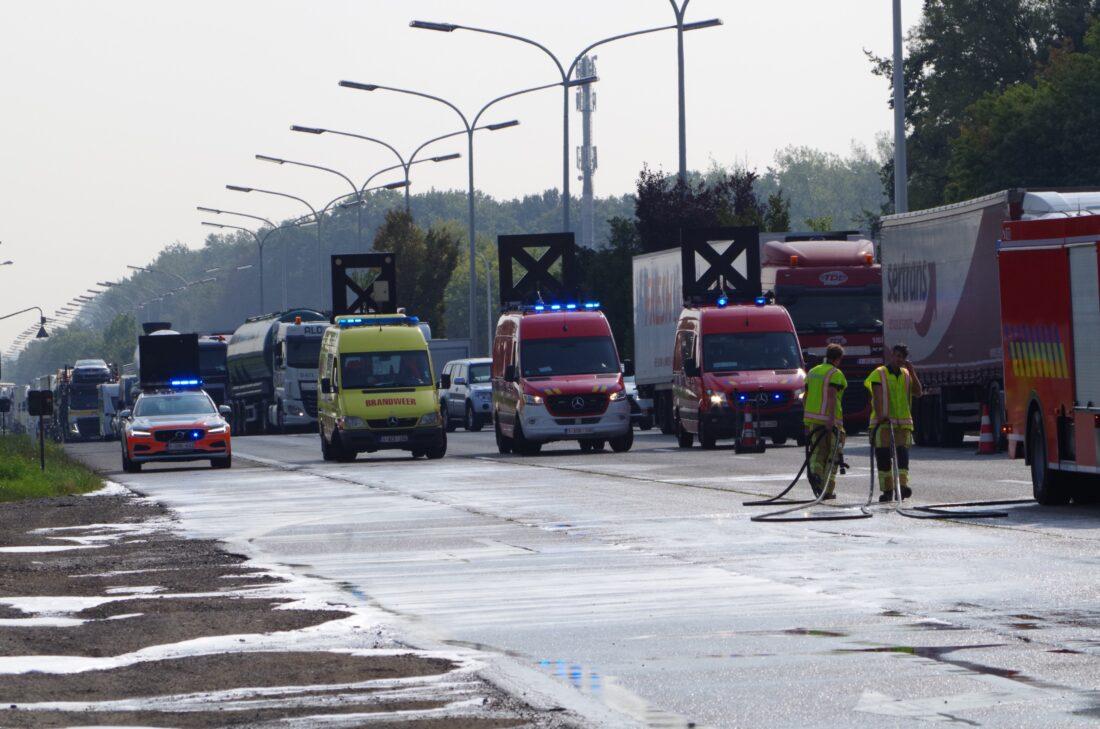 Chaos op A12 door olielek vrachtwagen