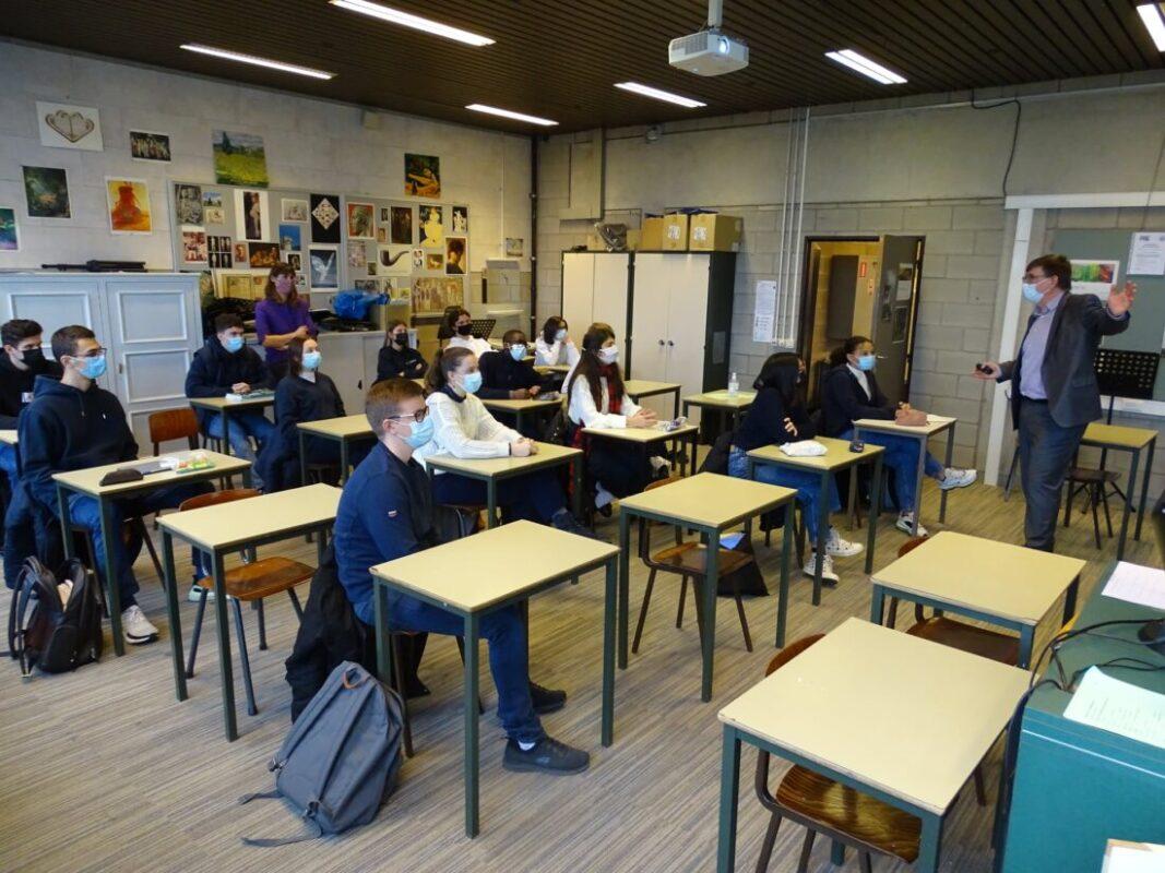 Voka-topman Hans Maertens geeft gastles aan zesdejaars Regina Caelilyceum