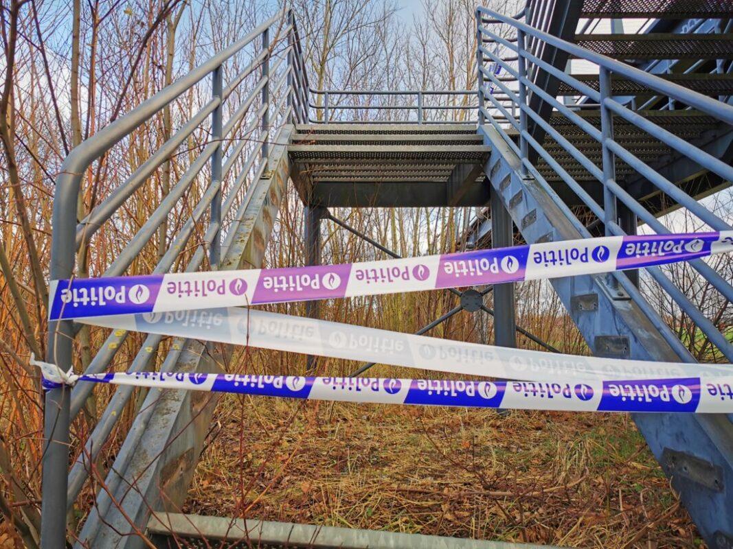 Dieven weg met traptreden aan fietsers- en voetgangersbrug over Woluwelaan