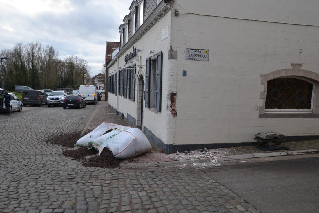 Vrachtwagens rijden tot twee keer toe tegen gevel van restaurant 'De Plezanten Hof' in Kobbegem