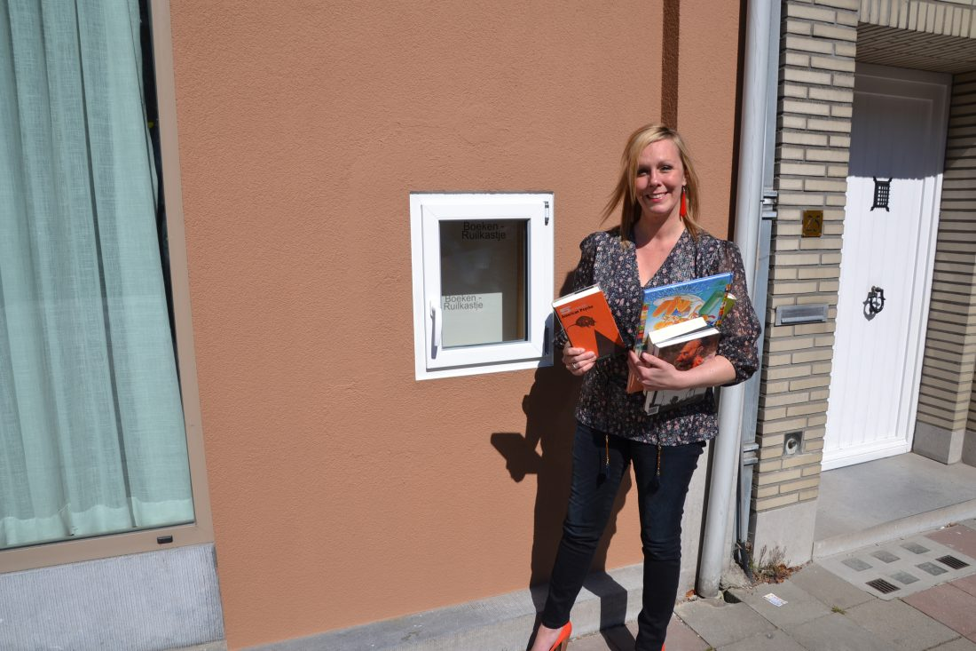Leesfee Emy bouwt boekenruilkastje in nis waar vroeger geldautomaat stak