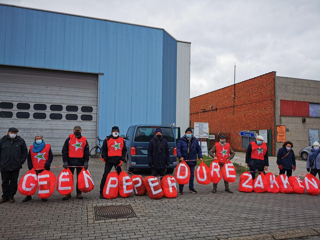 PVDA voert actie aan containerpark tegen 'dure' restafvalzakken