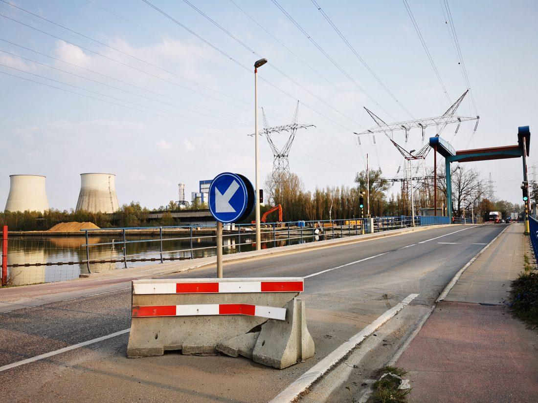 Zwaar betonblok om snelheid te beperken aan Willemsbrug al aan gort gereden