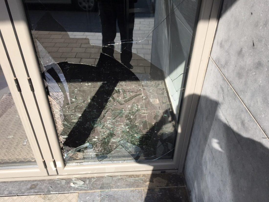 Vandaal slaat raam van voormalig café in