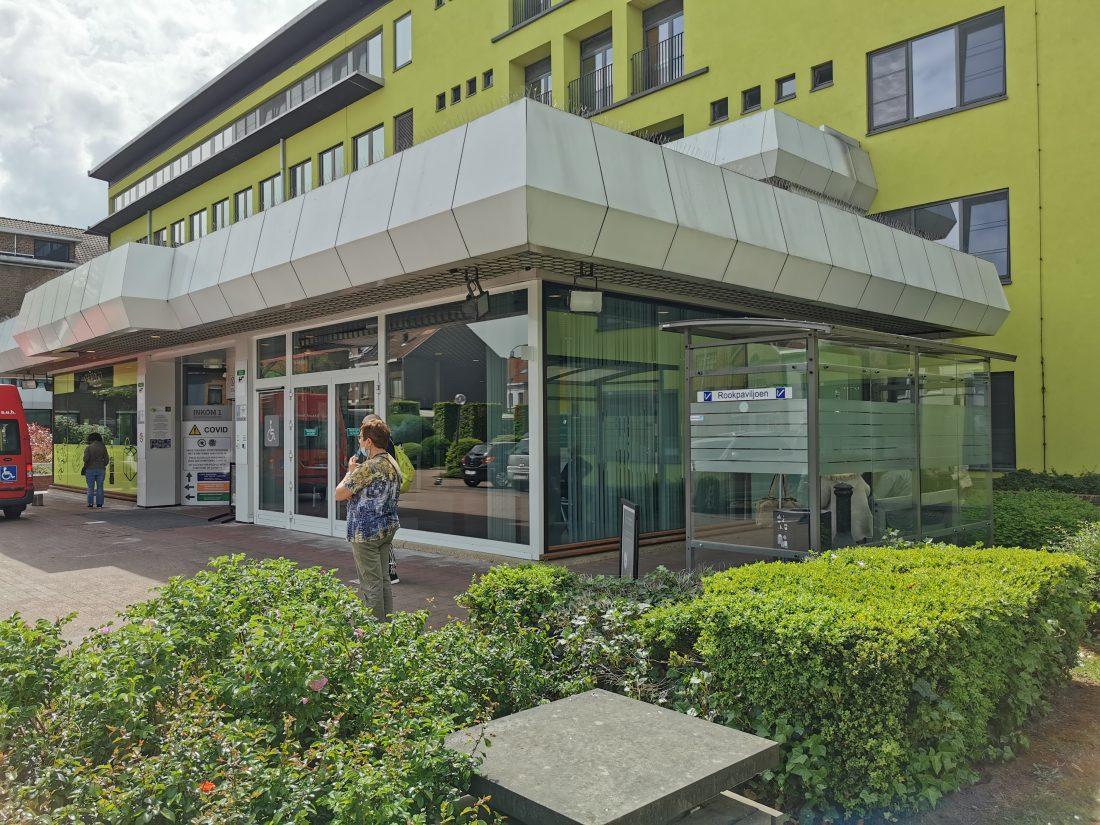 AZ Jan Portaels wordt rookvrij: geen patiënten of bezoekers meer met sigaret aan ingang ziekenhuis