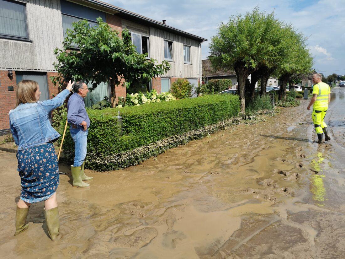 Zondvloed doet straten veranderen in rivieren en modderstromen