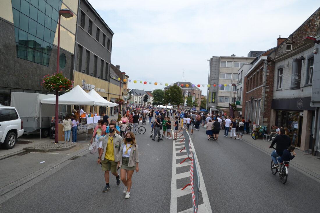 Duizenden wandelaars genieten van activiteiten in verkeersluw centrum