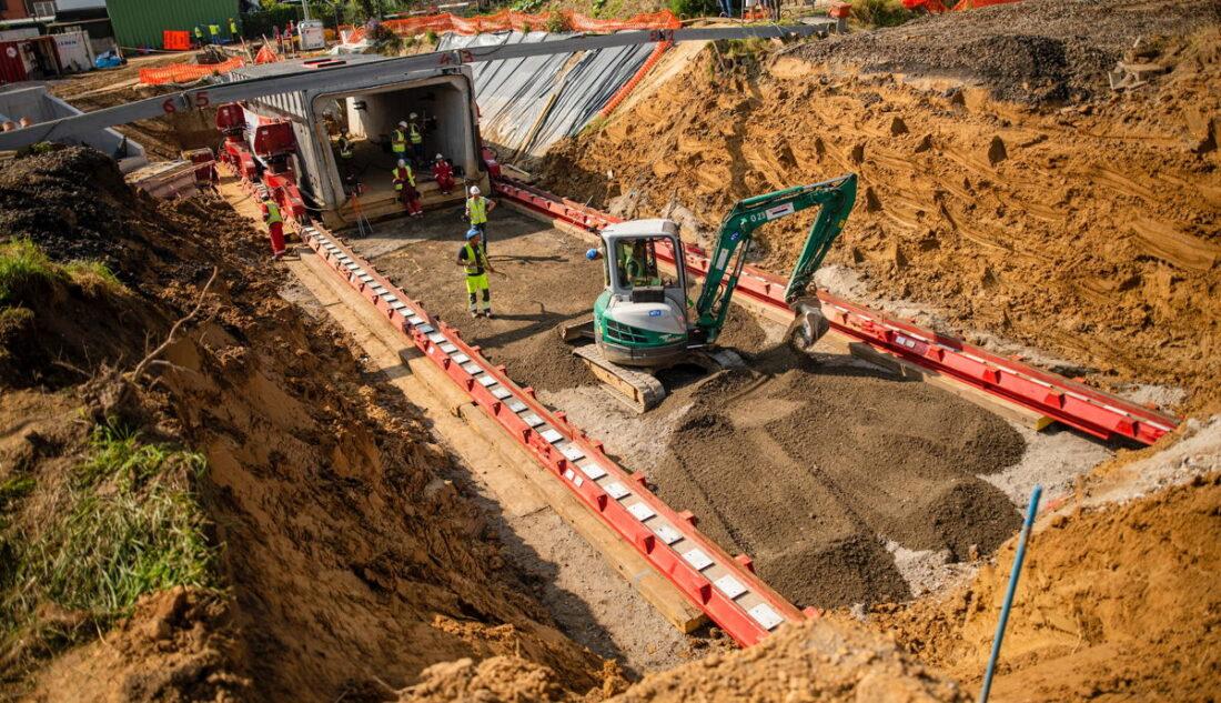 Tunnelkoker van 300 ton veilig onder de sporen geschoven in Asse
